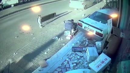 Автомобиль чудом не сбил двух детей и врезался в витрину магазина в Газиантепе