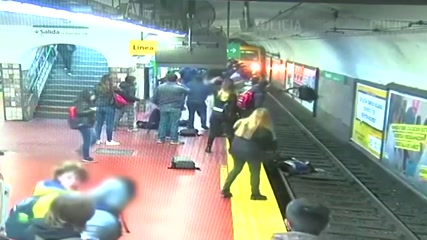 Crowd comes to rescue of woman who fell on Buenos Aires subway track